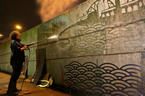 reverse graffiti una nuova street art arriva  citta