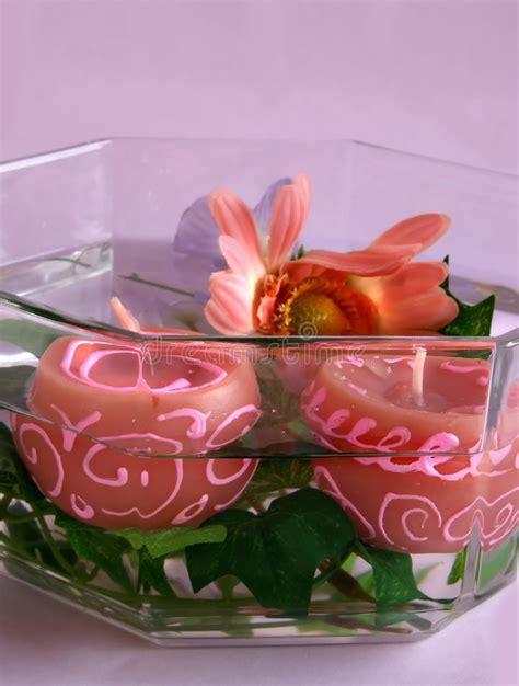 candele a fiore candele fiori candele e fiori in una ciotola fotografia