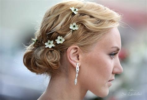 Wedding Hair Flowers Uk by Wearing Tiny Flowers In Your Hair For A Wedding