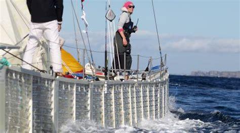un barco hecho de botellas de plastico barco hecho con 12 500 botellas de pl 225 stico cruz 243 el
