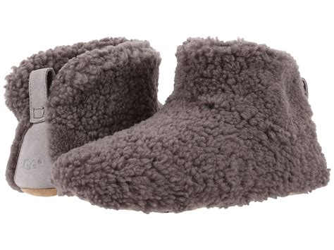 do ugg slippers stretch out do ugg knit boots stretch out
