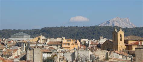 aix en provence file montagne sainte victoire towards roofs of aix en provence jpg