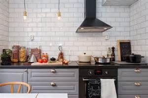 Shabby Chic Kitchen Design bia e kafelki ala metro w szarej kuchni zdj cie w