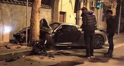 porsche 918 crash porsche 918 spyder crashes into a tree in china tree