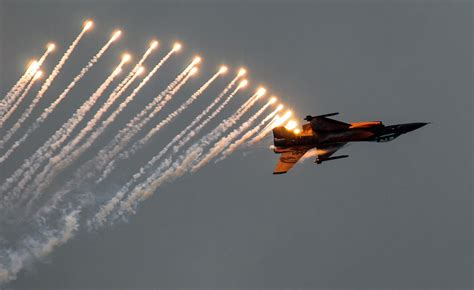 Plain Flare f16 fighter yet shooting flares