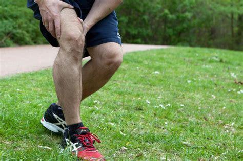 schmerzen in den beinen beim liegen sportmedizin wehe dem der trotz muskelzerrung trainiert