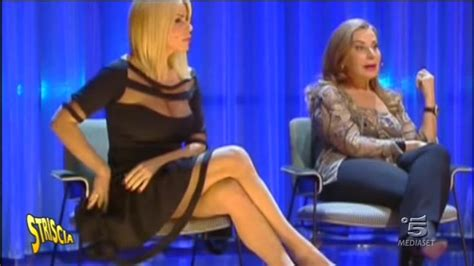 gambe aperte sotto il tavolo foto le gambe di loredana lecciso striscia la notizia