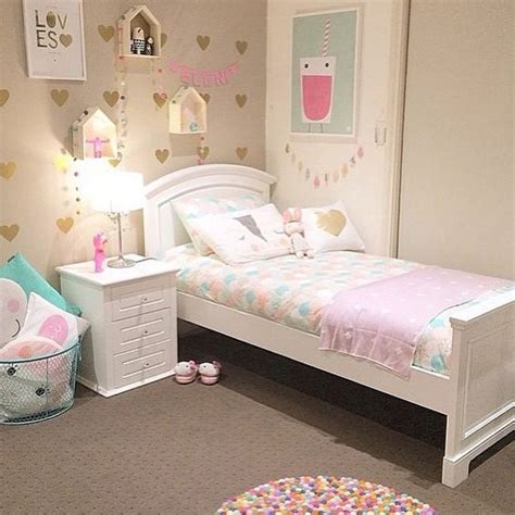 girls bedroom wallpaper ideas pastel corazones y alfombra de pompones de colores