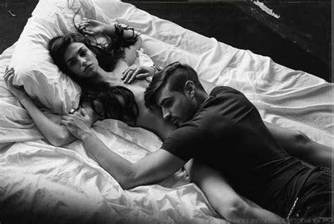 di sesso sul letto fabio colloricchio e nuda sul letto la foto
