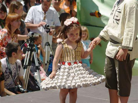traje xe reciclado vestido elaborado con corchos de botella y hueveras