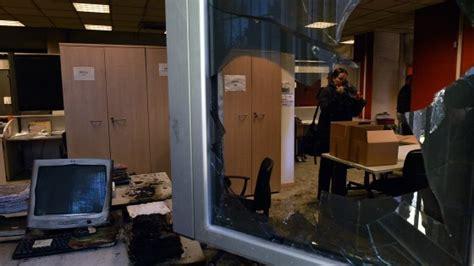 uffici aler incendio negli uffici aler a fuoco le scrivanie