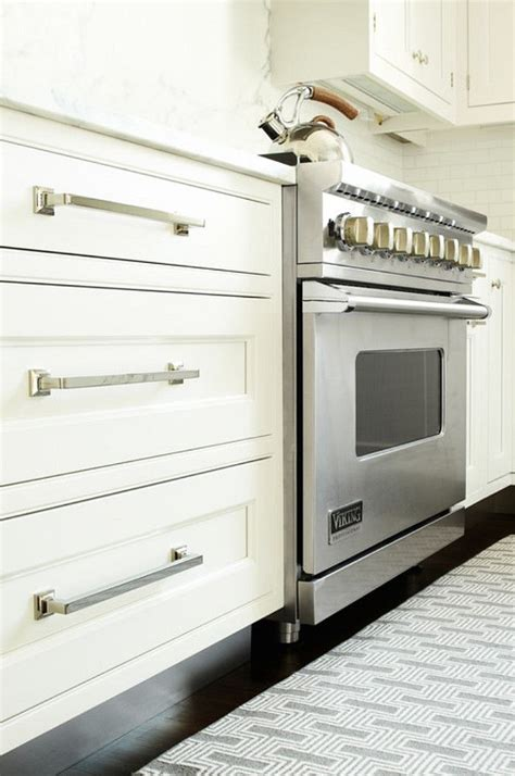 kitchen cabinet pulls ideas 25 best ideas about kitchen cabinet hardware on pinterest