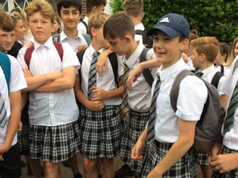 estudiantes en falditas estudiantes en inglaterra usan falda por fuerte ola de