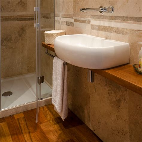 pavimento legno per bagno bagno con rivestimento in travertino e pavimento in legno