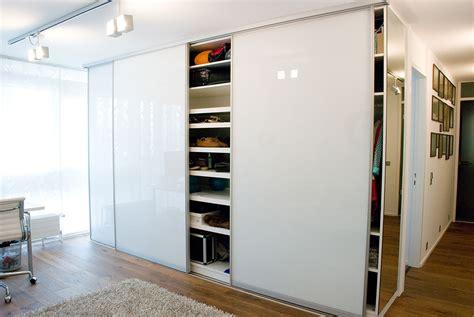 einbauschrank wohnzimmer einbauschrank mit gleitt 252 ren raumplus