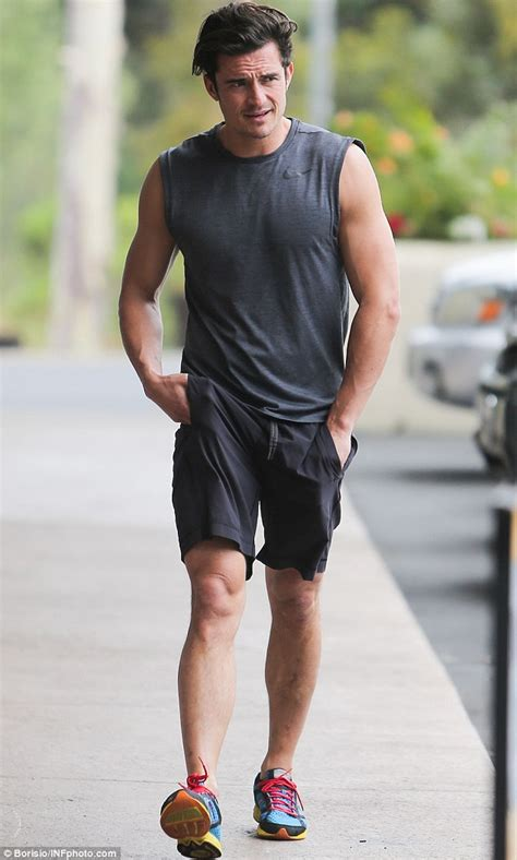 orlando bloom shows orlando bloom shows off his mighty muscles after getting