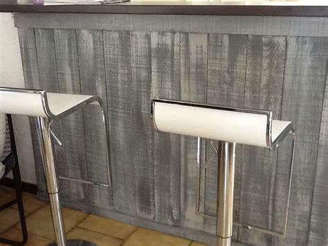 Habillage Bar Cuisine by Bar Habille De Planches De Bois Bruts Peintes En Basalte