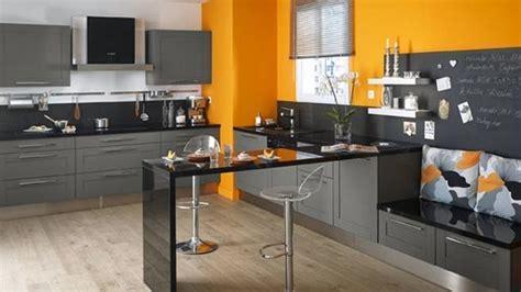 Exceptionnel Peindre Carrelage Cuisine Plan De Travail #2: cuisine-mur-cuisine-moderne-gris-anthracite-et-mur-orange-couleur-jaune-rouge-bordeaux-07321800-balance-murale-carrelage-noir-blanc-noire-avec-blanche-vert-bois-de-murcia.jpg