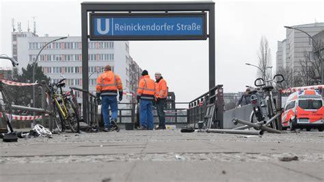 Berlin Auto Rast In U Bahn by Berlin Auto Rast In U Bahn Eingang Wagen Gestohlen