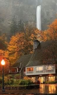A rainy evening at multnomah falls and lodge in the