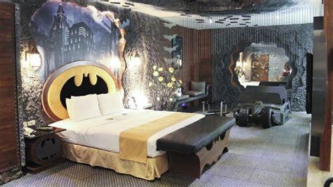 theme hotel europe this batman motel room is the batmanniest nerdist