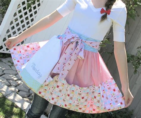 easy apron pattern uk bee in my bonnet quot easy as pie quot vintagey apron a new
