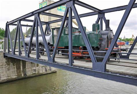 roeien kanaal brussel een oude locomotief nabij het kanaal canal brussels