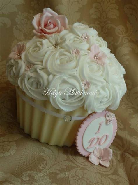giant wedding cakes best 25 big cupcake ideas on pinterest us holidays