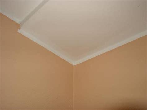 Weißer Streifen Zwischen Wand Und Decke by Tropfenfreier Rand Beim Tapete Streichen Bild 1