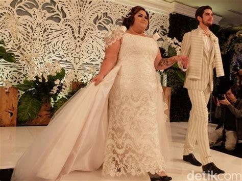 ayu ting ting jadi model busana ivan gunawan intens 8 inspirasi gaun pengantin modern rancangan ivan gunawan