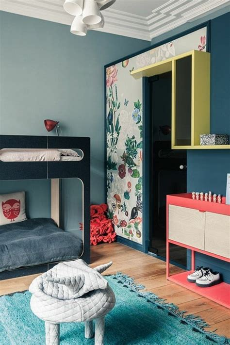 Formidable Idee Couleur Chambre Fille #3: chambre-murs-bleu-clair-et-bleu-fonc%C3%A9-chambre-avec-parquet-clair-tapis-blanc.jpg