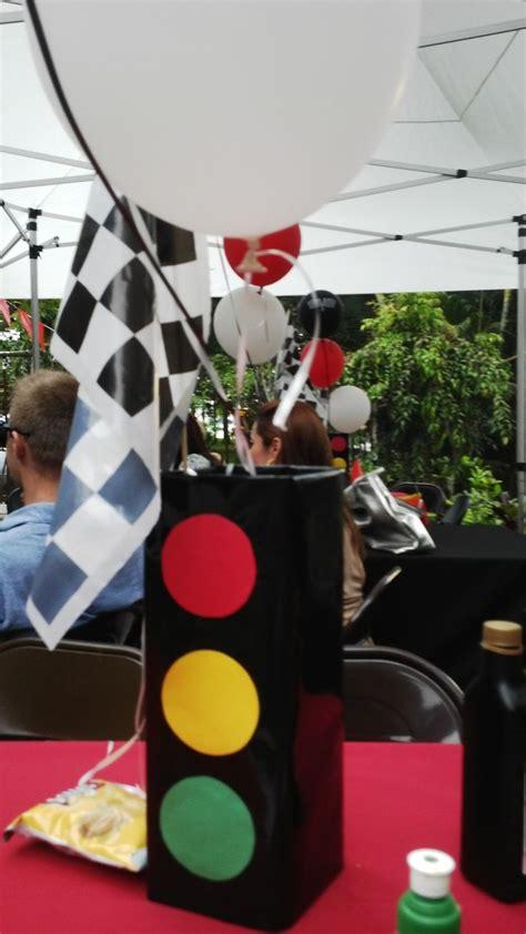centro de mesa simulando semaforo cumpleanos  de jorge  tema carritos cumpleanos