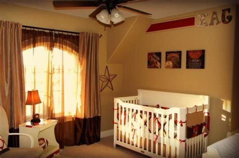 Charmant Chambre Petite Fille Rose #5: 3deco-chambre-bebe-garcon-peinture-chambre-b%C3%A9b%C3%A9-en-jaune-lit-%C3%A0-barreaux-blanc-table-%C3%A0-langer-blanche-rideaux-l%C3%A9gers.jpg