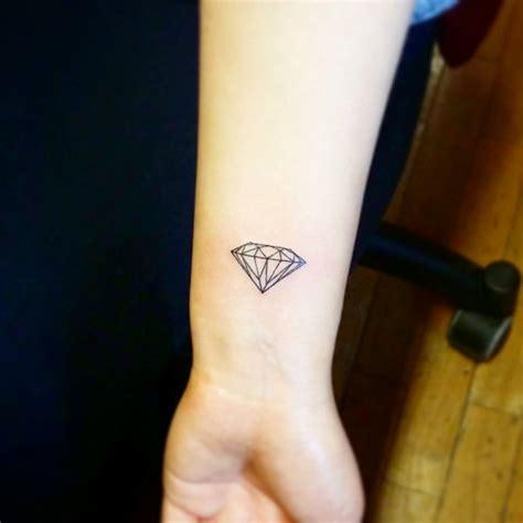 lettere tatuate sul polso tatuaggi polso 100 idee fra scritte disegni simboli e