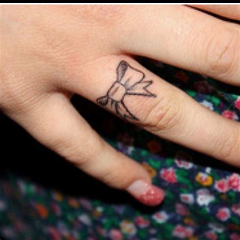 tattoo finger bow cute finger bow tattoo tattoo pinterest