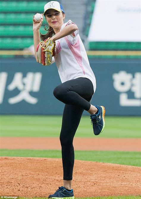 Gamis Mirana Syar I miranda kerr is a as she shows pitching skills
