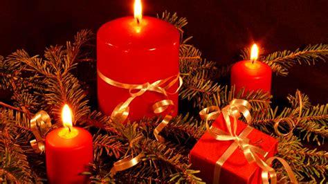 imagenes velas rojas encendidas centros con velas para navidad color oro y bolas