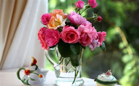 vas is das roses in the vase on the morning tea table wallpaper