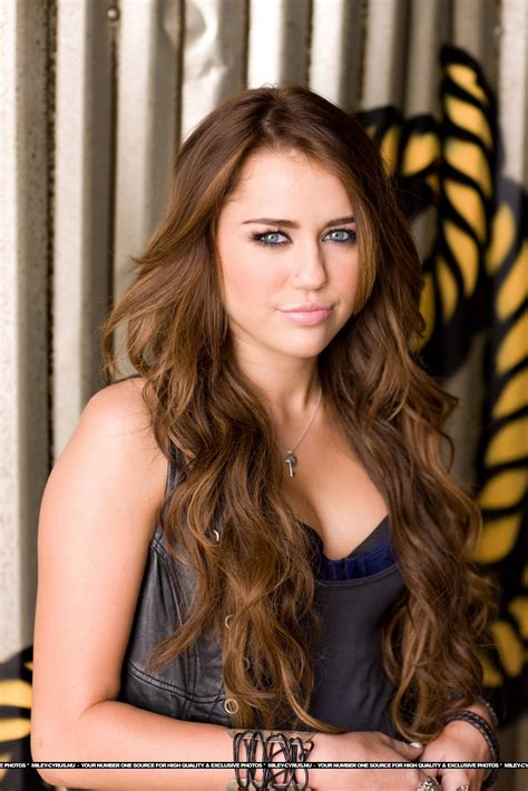 top 9 miley cyrus hairstyles styles at life miley cyrus long hair hair pinterest miley cyrus