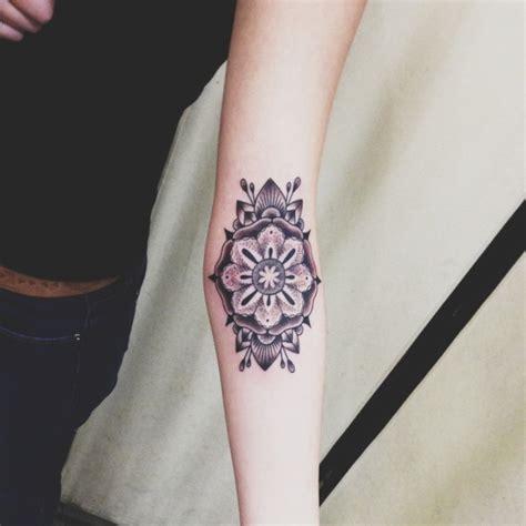 mandala blumen tattoo tattoo auf unterarm 40 coole ideen f 252 r m 228 nner und frauen