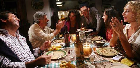 amici a tavola casa torna il luogo preferito per incontrare a tavola