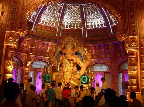 Shree Ganesh Decoration by A 12 Ft Idol Of Lord Ganesha Using Quot Gold Quot And Wearing Gold