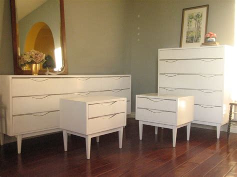 Retro White Cheap Bedroom Dresser Set Featuring Wooden Bed And Dresser Set