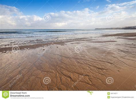 sabbia bagnata costa dell oceano atlantico sabbia bagnata e cielo