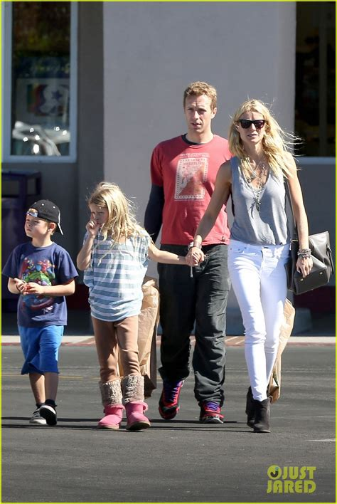 chris martin and gwyneth paltrow kids mother gwyneth puts vinegar on apple s thumb to stop the