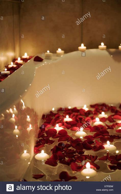 candele e petali di rosa scena romantica di candele e petali di rosa nella vasca da