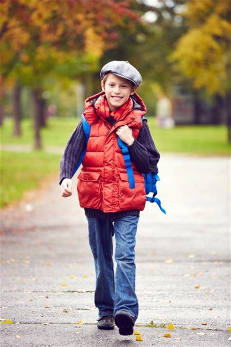 imagenes niños yendo al colegio ni 241 o caminando al colegio con la mochila descargar fotos