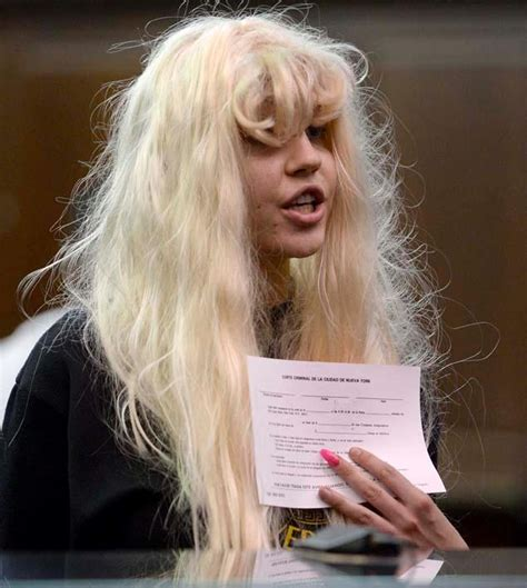 amanda bynes day walk with new hair photo what the heck has happened to amanda bynes real talk
