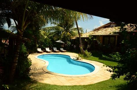 piscina e jardins de dia foto de pousada tartaruga
