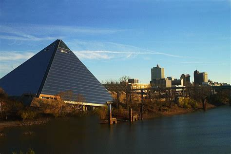 boat sinking memphis memphis pyramid sinking rapidly into mississippi river